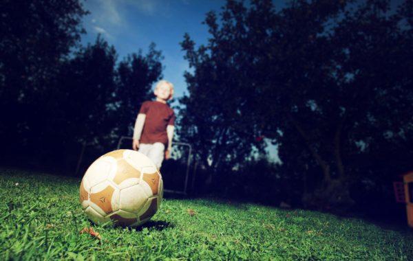 Ein Junge spielt Fußball.